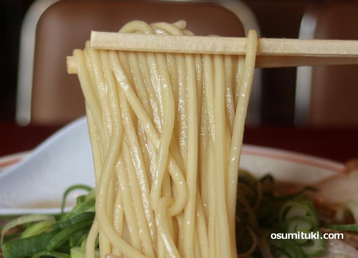 麺は中太ストレート麺、コシのある麺です