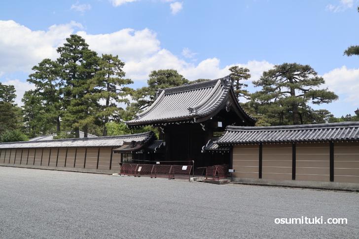 京都仙洞御所へ入る門(京都御苑内)
