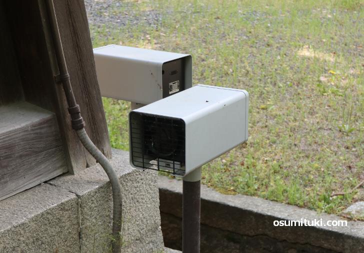 御所は侵入センサーや監視カメラで厳重に監視されています