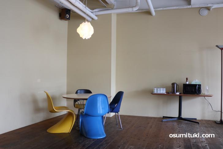 広いカフェでゆったりとテーブル席が多く配置されています