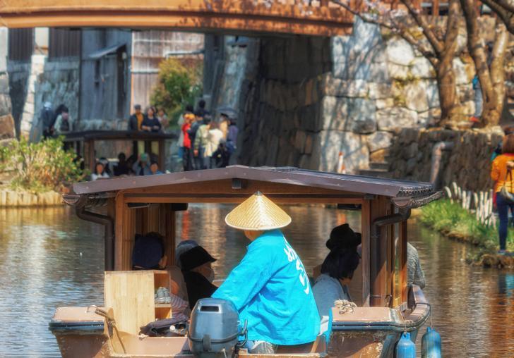 滋賀県近江八幡市「八幡堀」の屋形船は古い町並みを見ながら観光できます