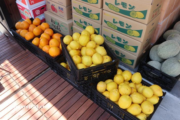 フルーツの産地から取り寄せた果物が並んでいます