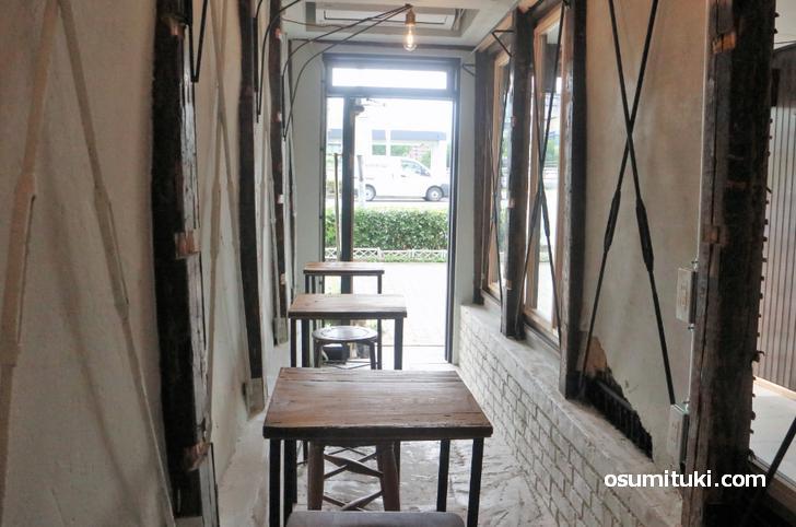 パリの屋根裏部屋をイメージしたカフェです