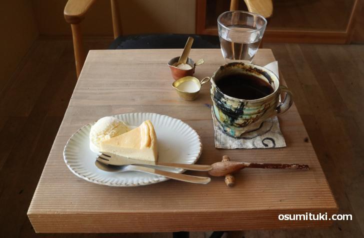 オープンテラスで「チーズケーキとコーヒー」を注文
