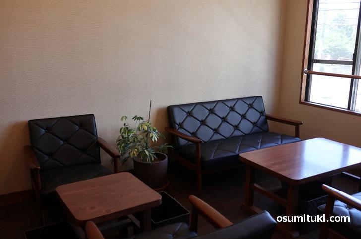 1階は白を基調にした店内、2階は落ち着く古民家カフェ風