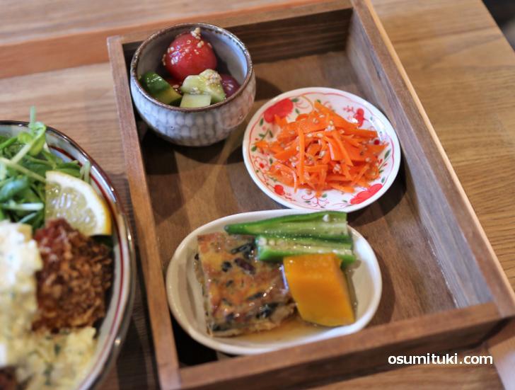 ランチ内容は「小皿3品、メイン料理、炊き込みご飯、お味噌汁」