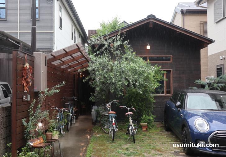 叡電「茶山駅」から徒歩5分、閑静な住宅街の中にあります(ツキニカフェ)