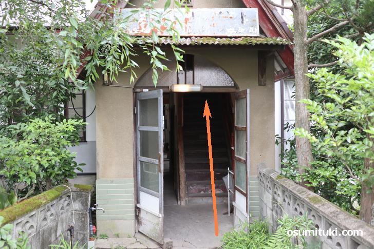 入口最初の階段あがって二階の左一番奥の部屋