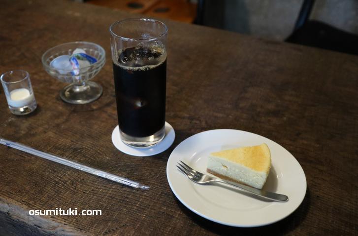 アイスコーヒーとチーズケーキで950円(税込み)でした