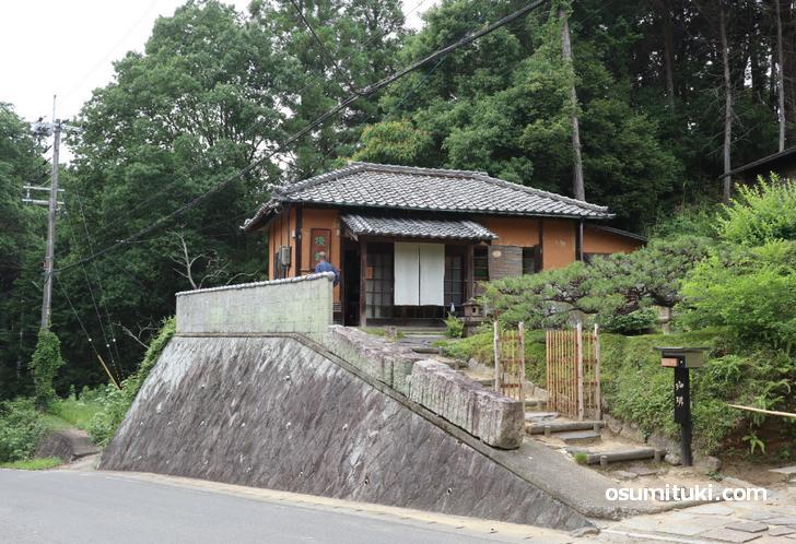 浄瑠璃寺の有料駐車場手前にあります(茶房 吉祥庵)
