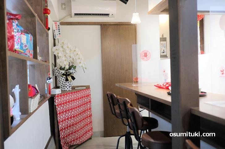 カウンター8席、路地にある京町家を利用したカフェになっています