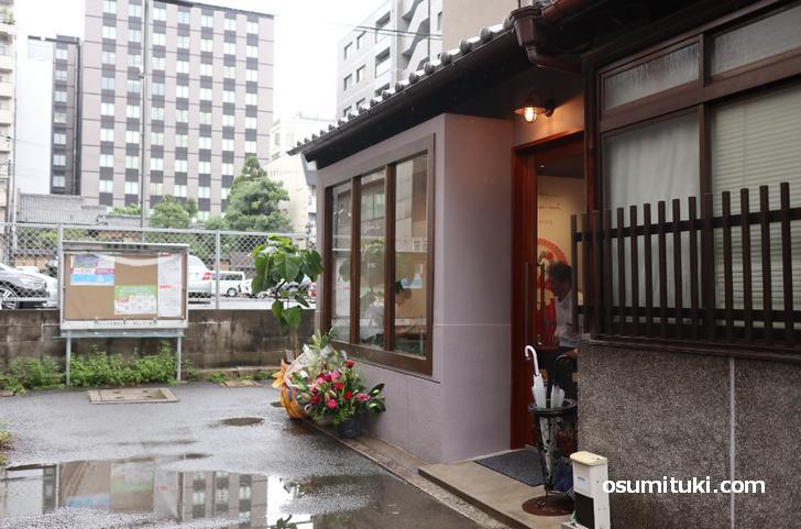 お店は四条烏丸の駅からすぐ近くです