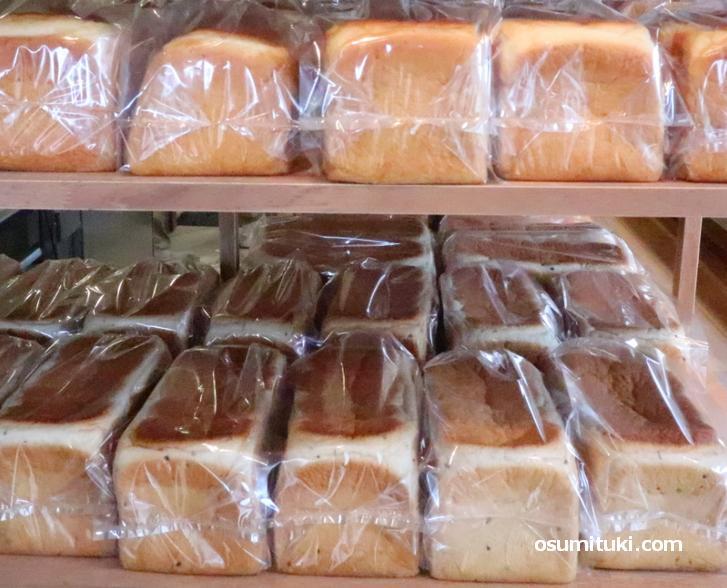 パンは米粉を組み合わせたものです