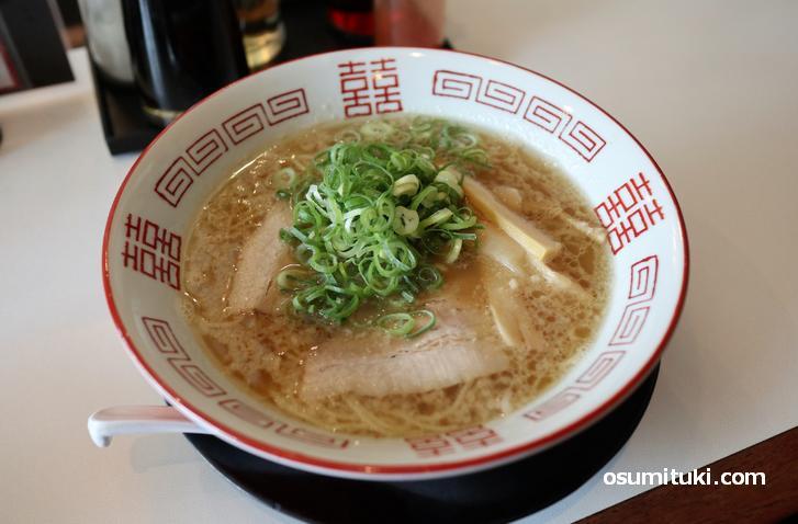 豚骨+鶏ガラ+野菜の味わい深いスープが特徴