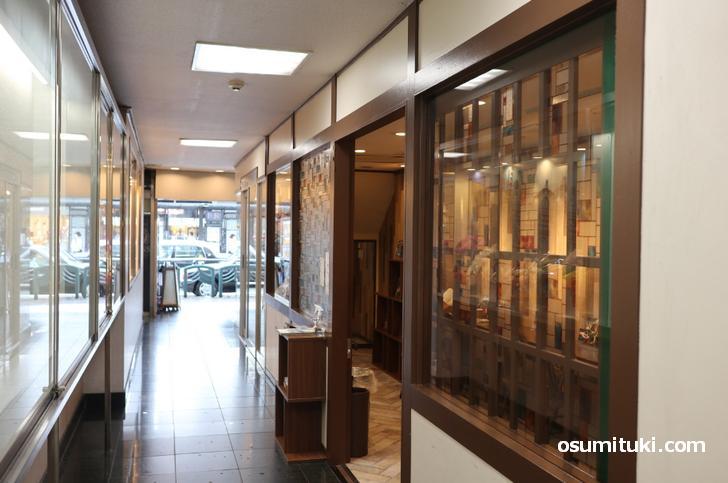お店の場所は京都「河原町駅」8番出口(地上一階)です