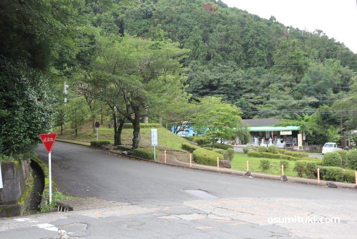 国道9号線を京都市内から亀岡方面へ「京都霊園」の中へ一旦入ります