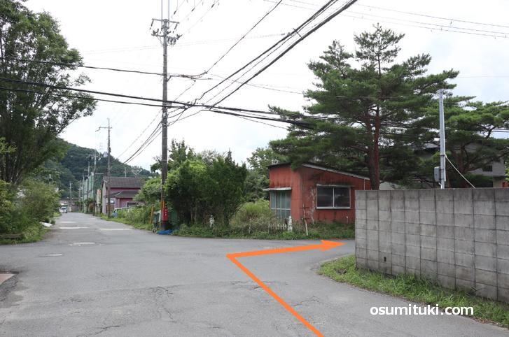 アトリエ村を入って直進、最初の右折で曲がります