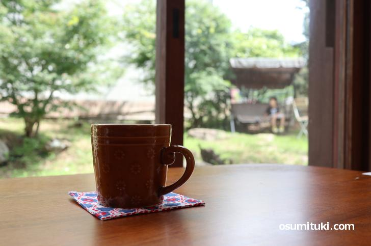 広いお庭を眺めながらコーヒーやランチなどをいただきます