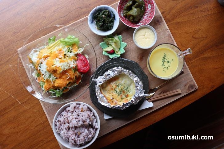 野菜たっぷりのランチ(1100円)にご飯大盛(+50円)