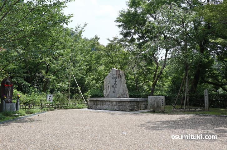 清水寺を建立した坂上田村麻呂にちなんで、阿弖流為(アテルイ)と母禮(モレ)の石碑がある