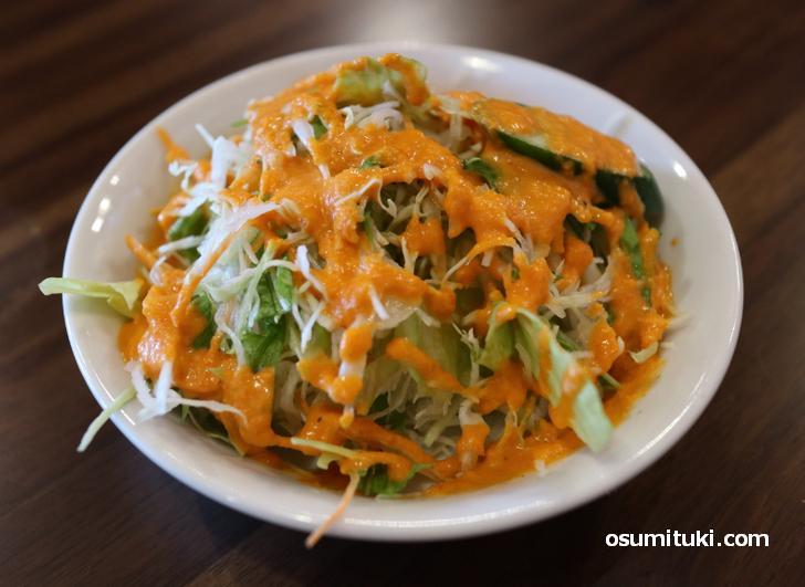 付属のサラダ、ドレッシングが美味しい
