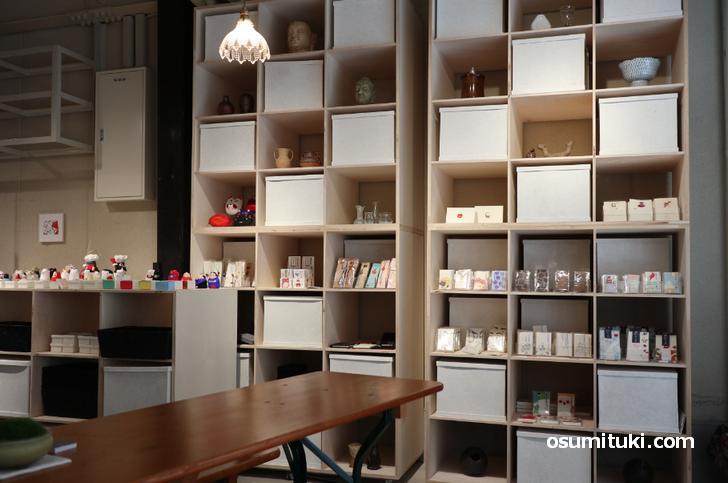 雑貨が並んでおり、カウンターやテーブルでカフェもできます