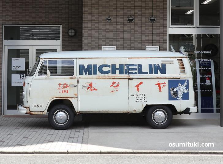 橋本タイヤと書かれた「MICHELIN」のロゴも入った渋い業務カー