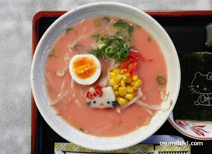 ピンク色のスープで食べるラーメン(はろうきてぃのピンクラーメン)