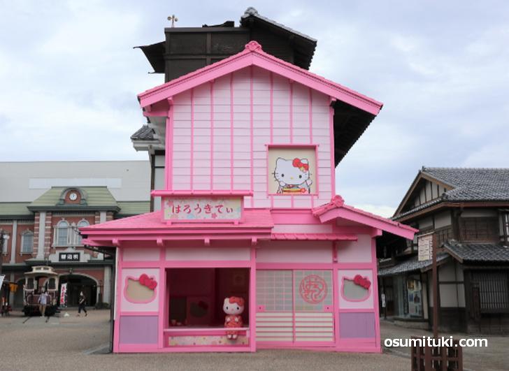 映画村に現れた謎のピンクのおうちはハローキティの茶室