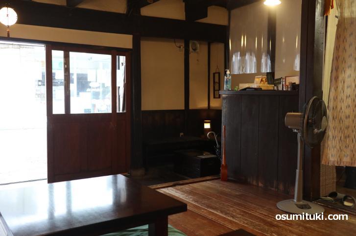建物は京町家、昭和初期くらいのものでしょうか?(風情があります)