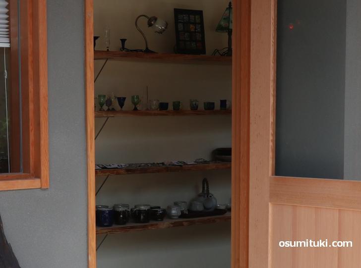 ガラス製のグラス、陶器のコーヒーカップなどが店頭に並んでいます