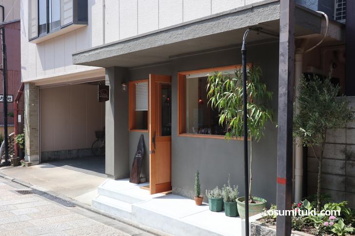 八坂通では珍しく観光地っぽくないお店