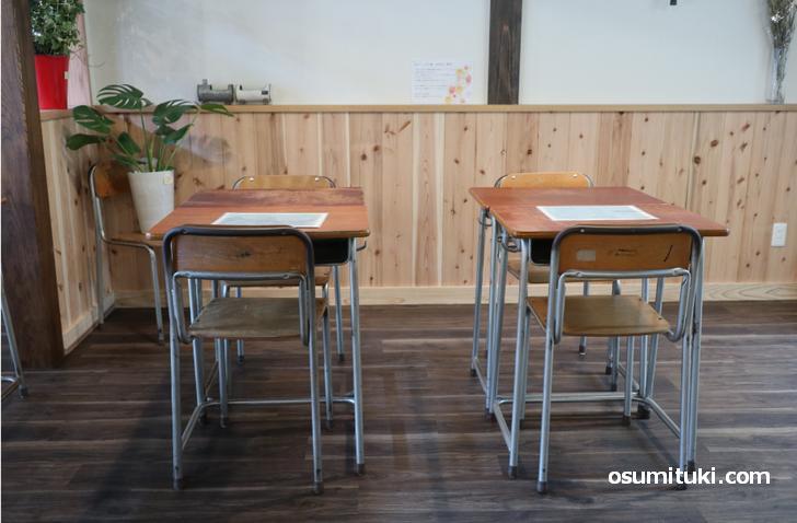 小学校の勉強机を使ったスペースもあります