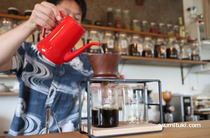 杉の木香る店内で自家焙煎のハンドドリップコーヒーが飲めます
