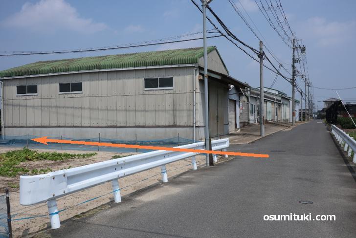 屋根が緑の倉庫手前を左折(西)
