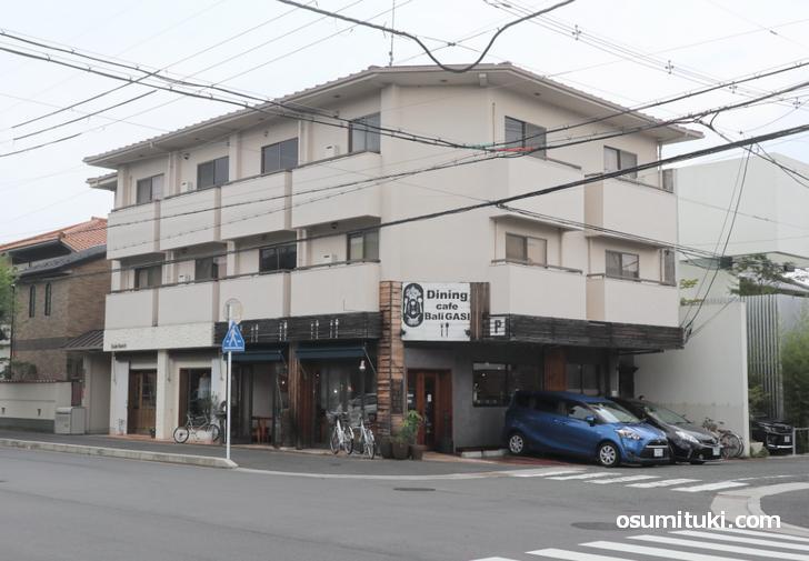 京都北山のカフェ「バリガシ」で、ドラマ『恐怖新聞』の撮影ロケ
