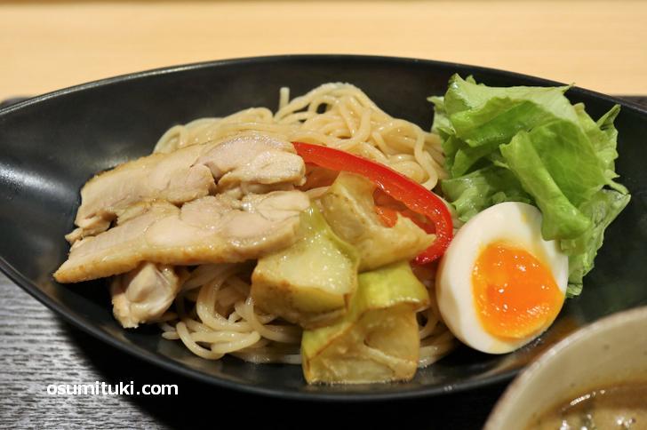 夏野菜と鶏肉に半熟卵がトッピングされた太麺