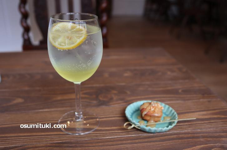 ランチセットの酵素ジュース(瀬戸内レモン)と焼き菓子