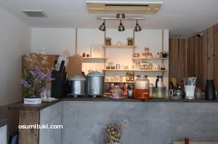 自然調のデザインが特徴的なカフェ「mumucha (ムム茶)」