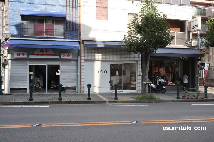 千本今出川下ルですが、笹屋町通を越えた東側にお店があります(cafe ioa - イオア)