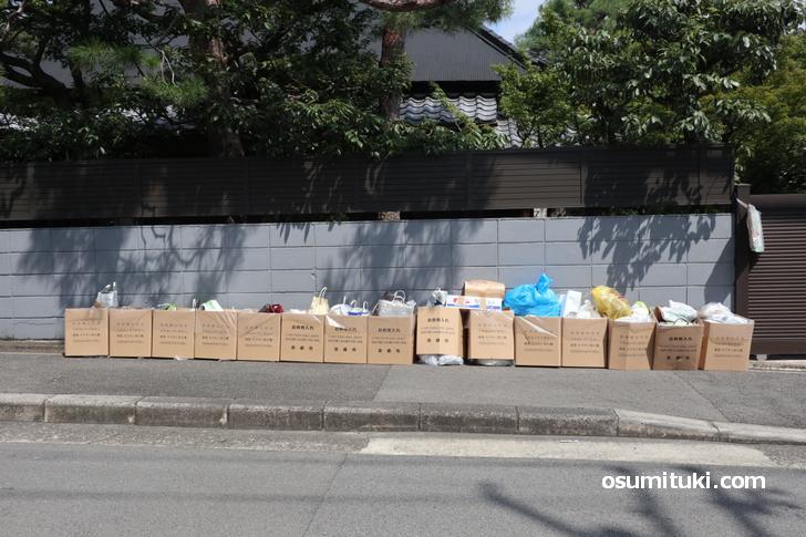 街中の至るところでみられる京都市によるお供物の回収