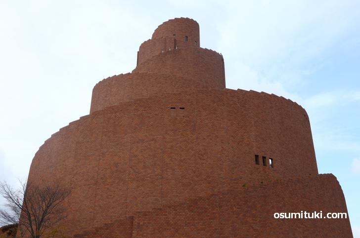 丘の上にある謎の塔、これはなんなのか?