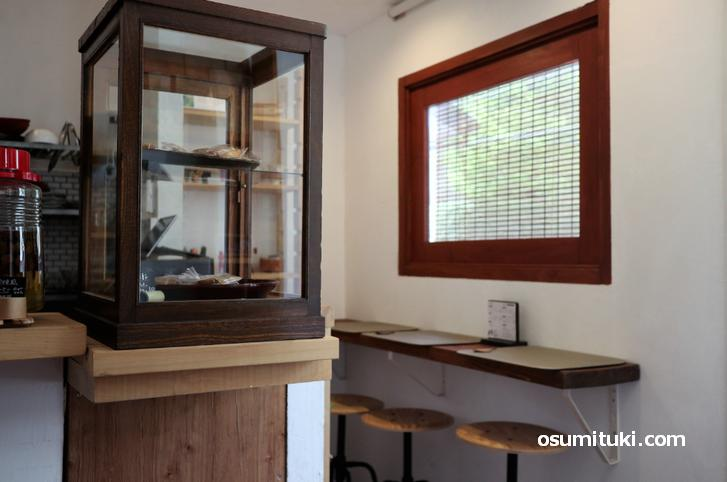 カウンター3席、2名テーブル1卓のカフェです(山の根)