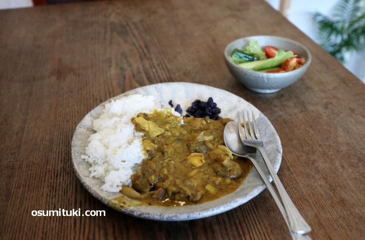 ランチカレー(サラダ付き)500円は野菜でトロミを出した小麦粉抜きのカレー