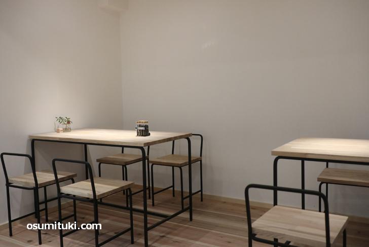 白い壁に白木のテーブルがオシャレ