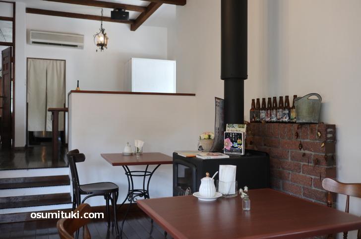 木炭ストーブのあるカフェ
