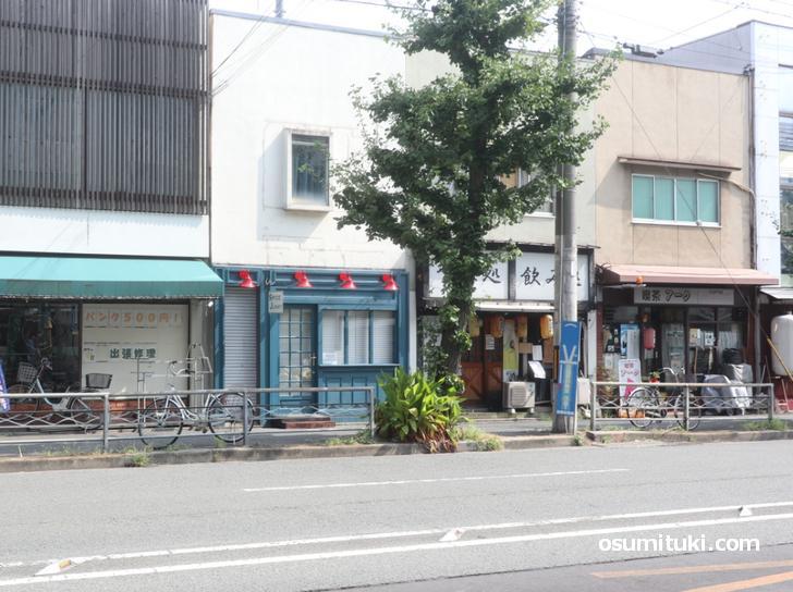円町駅から丸太町通を西へ徒歩3分くらいです(SPICE JUNKY)