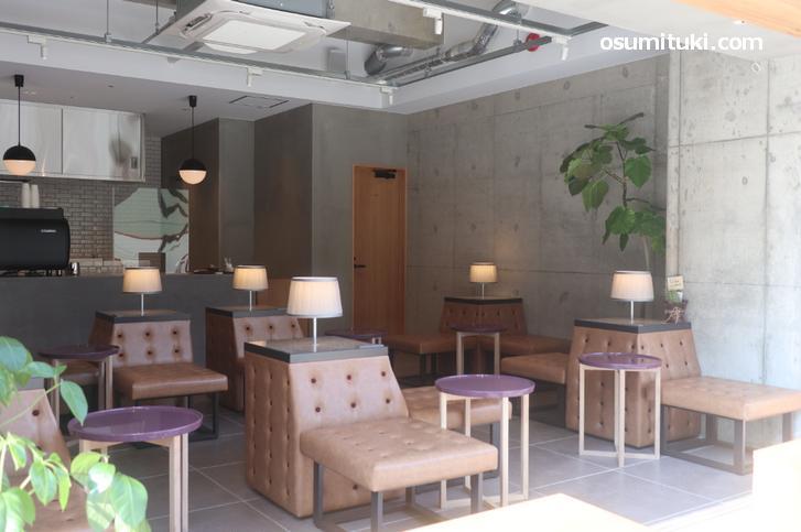 カフェはオープン形式、塩小路通沿いのカフェです