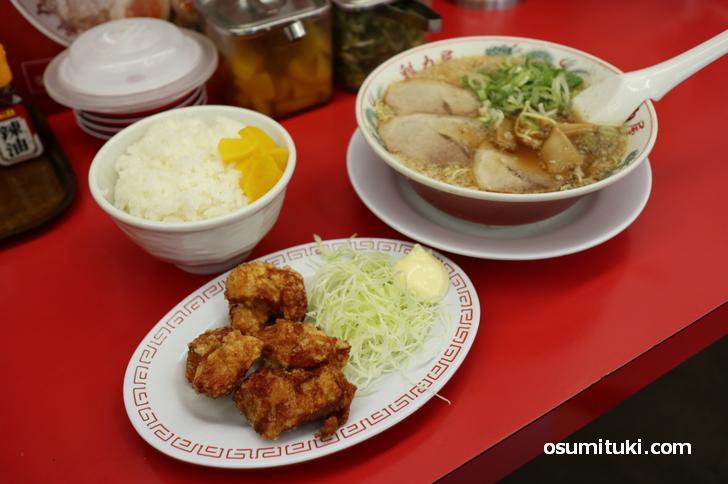 京都のラーメン店でとてもよく見る組み合わせ「ラーメン+唐揚げ定食」写真はラーメン魁力屋