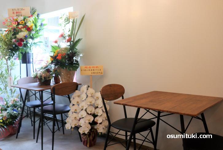 店内の様子、白壁にシンプルな木のテーブルとイス